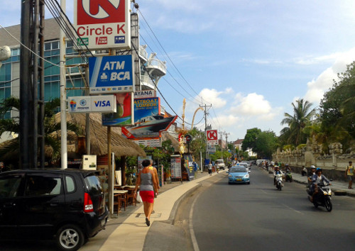 Travel Indonesia Blog: I thought I'd better not mention the ATM that claimed my plastic but it was in this street
